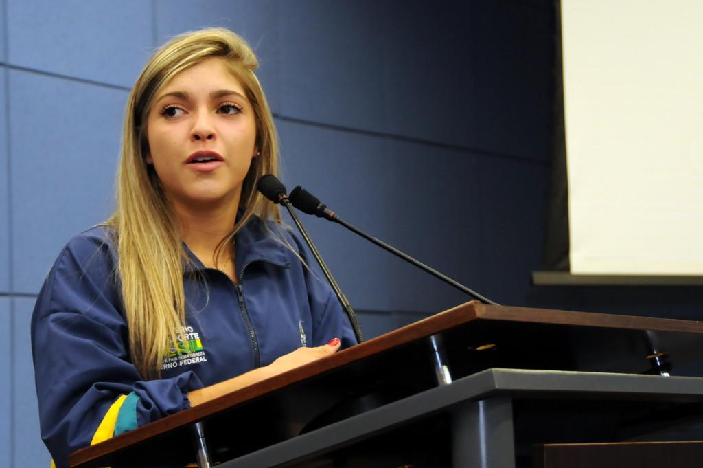 Lutadora Bruna Ellen recebe Mérito Esportivo da Câmara Municipal